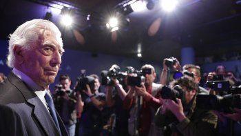 ARCHIVO - En esta foto de archivo del 8 de octubre de 2019, el escritor peruano Mario Vargas Llosa llega a una conferencia de prensa para presentar su nuevo libro Tiempos recios en Madrid, España.
