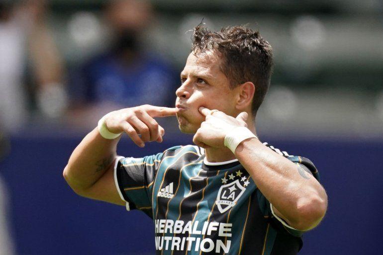 El mexicano Javier Chicharito Hernández festeja luego de anotar por el Galaxy de Los Ángeles en el partido contra el Austin