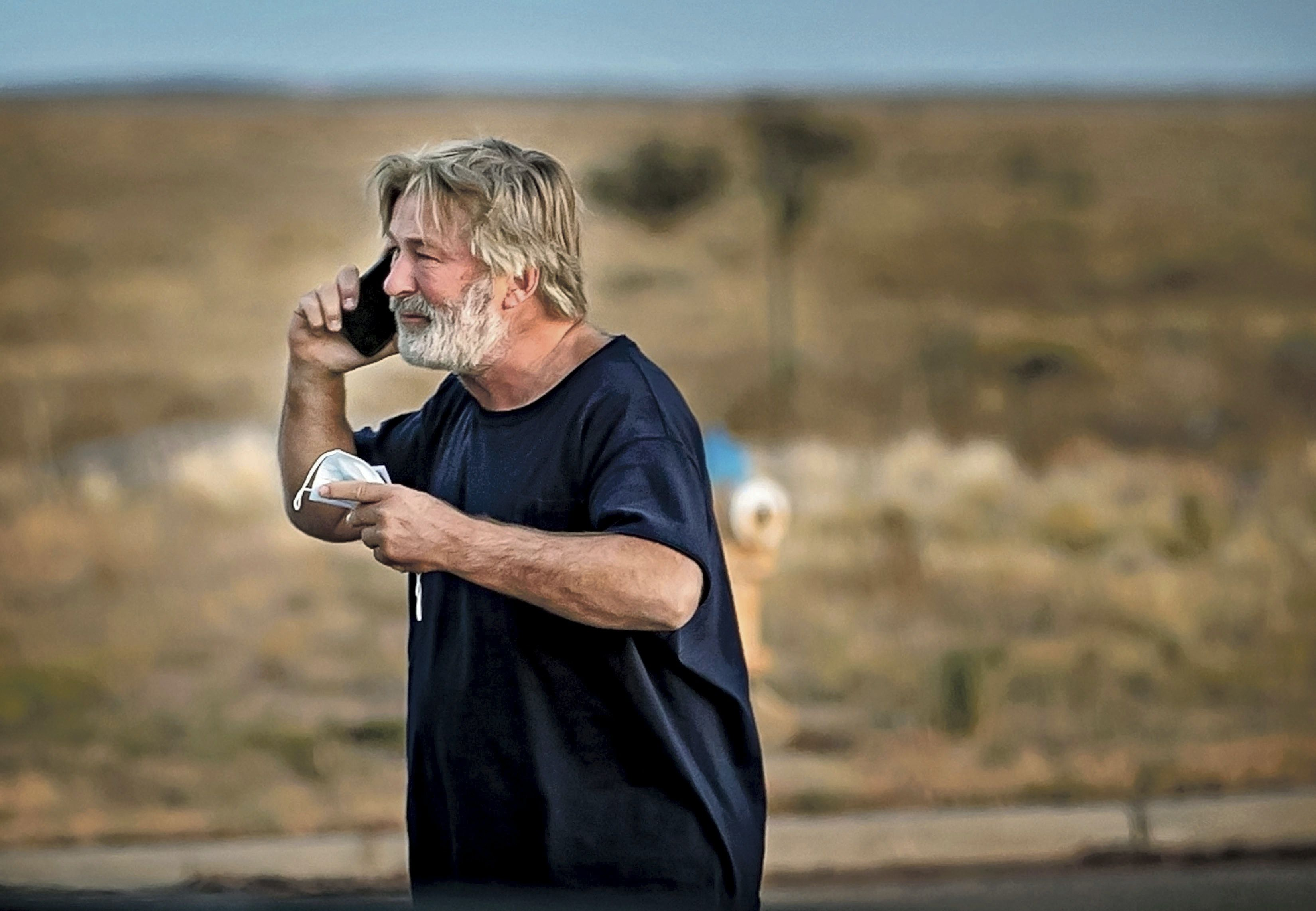 Alec Baldwin habla por teléfono en el estacionamiento frente a la Oficina del Sheriff del Condado de Santa Fe en Santa Fe, Nuevo México, luego de que fue interrogado sobre un tiroteo en el set de la película Rust en las afueras de Santa Fe, el jueves, 10 de octubre. 21, 2021.