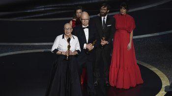 Julia Reichert, izquierda, y Steven Bognar reciben el premio a mejor largometraje documental junto con miembros de su equipo de producción en los Oscar el domingo nueve de febrero de 2020 en el Teatro Dolby, en Los Angeles.