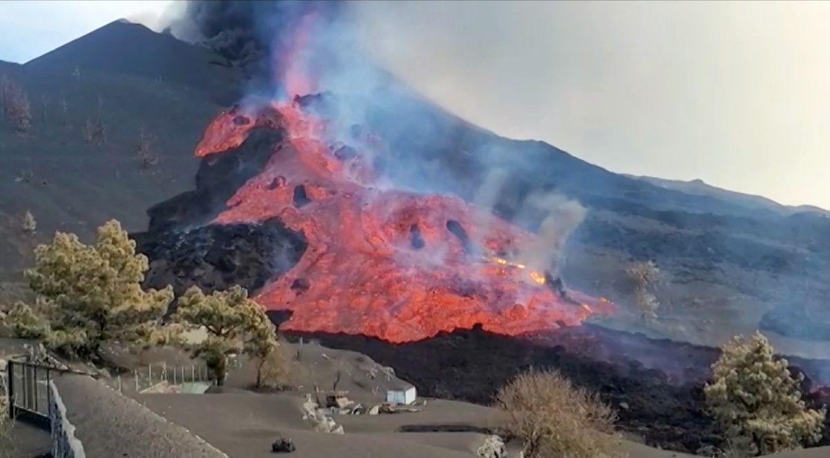 Esta captura de imagen tomada de un video publicado por el Instituto Geológico y Minero de España (IGME-CSIC) muestra una de las corrientes de lava que fluye y transporta piedras de bloques masivos después de que un cono colapsara en el lado norte del volcán Cumbre Vieja, en las Islas Canarias. de La Palma.