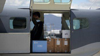Vista de cajas que contienen 5,000 dosis de la vacuna Moderna contra COVID-19 donadas por Israel a su llegada a la base de la Fuerza Aérea, en la Ciudad de Guatemala el 25 de febrero de 2021.