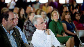 Esta fotografía tomada el 14 de octubre de 2019 muestra al alcalde de la ciudad de Tucson, Jonathan Rothschild (centro) durante una ceremonia en Tucson, Arizona.