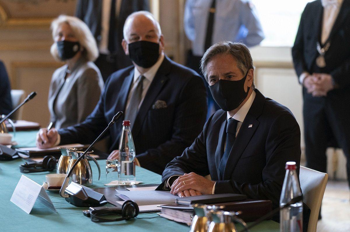 El secretario de Estado estadounidense Antony Blinken, derecha, se reúne con el ministro del Exterior francés Jean-Yves Le Drian en París, martes 5 de octubre de 2021.