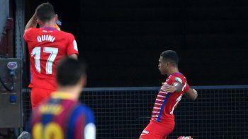El delantero venezolano del Granada Darwin Machis (R) celebra tras anotar durante el partido de fútbol de la Liga española entre Barcelona y Granada en el estadio Camp Nou de Barcelona el 29 de abril de 2021.