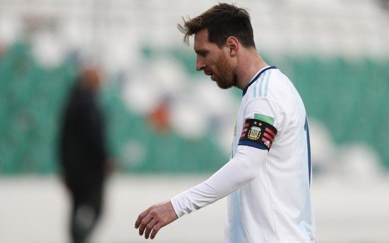 El argentino Lionel Messi reacciona durante un partido clasificatorio de fútbol contra Bolivia para la Copa Mundial de la FIFA Qatar 2022 en La Paz