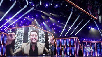 Luke Bryan aparece en pantalla para aceptar el premio al artista del año durante la 56 entrega anual de los Premios de la Academia de la Música Country, el domingo 18 de abril de 2021 en el Grand Ole Opry en Nashville, Tennessee.