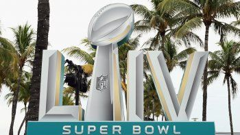 Una muestra del Super Bowl LIV en exhibición el 1 de febrero de 2020 en South Beach Miami, Florida. Los San Francisco 49ers se enfrentarán a los Jefes de Kansas City en el 54º Super Bowl en el Hard Rock Stadium el domingo 2 de febrero de 2020.
