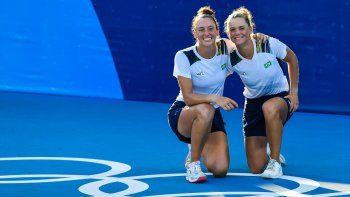 Las brasileñas Laura Pigossi (derecha) y Luisa Stefani posan después de que derrotaron a la pareja rusa Veronika Kudermetova y Elena Vesnina para ganar el partido por el oro de tenis de dobles femenino de los Juegos Olímpicos de Tokio 2020