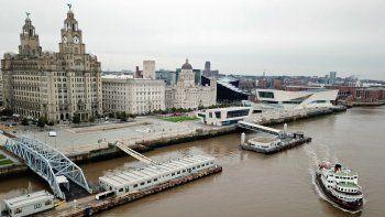 En esta foto de archivo tomada el 2 de octubre de 2020, se muestra un ferry Mersey alejándose de Pier Head, cerca del Liver Building, mientras viaja por el río Mersey.