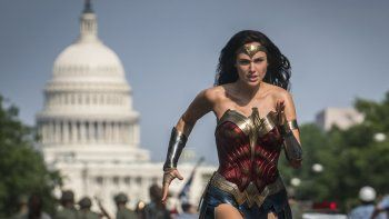 En esta imagen difundida por Warner Bros. Pictures, Gal Gadot como la Mujer Maravilla en una escena de Wonder Woman 1984. Warner Bros. postergó el martes el estreno del filme para el 14 de agosto debido a la pandemia del coronavirus.