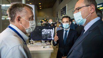 678/5000El primer ministro francés, Jean Castex (R) con una máscara, flanqueado por el ministro junior francés de transportes, Jean-Baptiste Djebbari (2R) conversa con un operador frente a una cámara térmica durante una visita al aeropuerto de Roissy-Charles de Gaulle el 24 de julio. 2020, ya que se han implementado medidas sanitarias para los pasajeros que salen y llegan para frenar la propagación de la pandemia COVID-19, causada por el nuevo coronavirus.