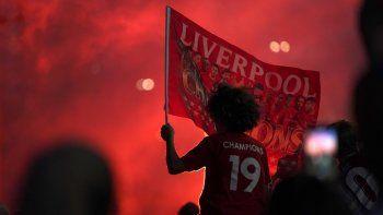 Hinchas del Liverpool festejan frente al estadio de Anfield, el jueves 25 de junio de 2020, luego que el equipo se coronó con una derrota del Manchester City ante el Chelsea.