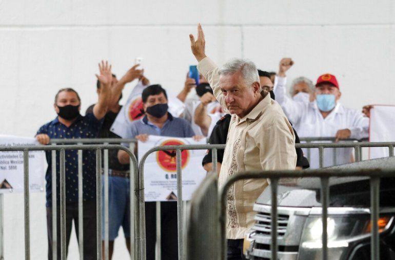 El presidente mexicano Andrés Manuel López Obrador saluda a sus simpatizantes en Lázaro Cárdenas