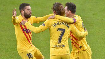 Jordi Alba y Antoine Griezmann fcelebran junto a Messi, quien marcó dos goles, en el compromiso que el Barcelona ganó 2-3 al Athletic de Bilbao