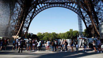 Turistas visitan la Torre Eiffel el 25 de junio del 2020, en París. El monumento reabrió después de 104 días debido a la crisis del coronavirus, su cierre más largo en tiempos de paz.