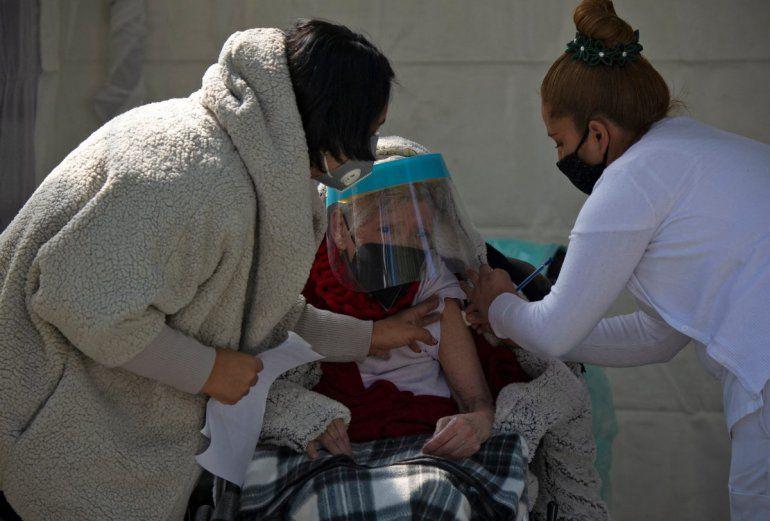 Una mujer recibe su primera dosis de la vacuna AstraZeneca contra COVID-19 en la Ciudad de México