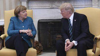 El presidente Donald Trump (der.), conversa el 17 de marzo de 2017 con la canciller alemana, Angela Merkel, en el Despacho Oval de la Casa Blanca en Washington.