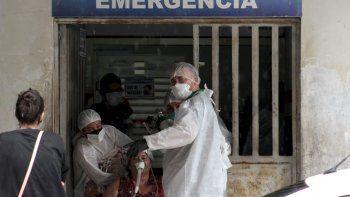 """Trabajadores de la salud ingresan a un paciente a la sala de emergencias del hospital público en Manacapuru, estado de Amazonas, Brasil, el 20 de enero de 2021. Cilindros entrando y saliendo de hospitales es la imagen que se puede ver repetidamente en los hospitales del estado brasileño de Amazonas. donde la crisis del oxígeno desata una """"tensión constante""""."""