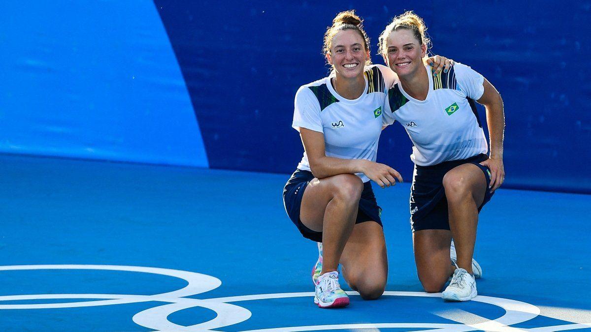 Diferentes fenotipos y grupos étnicos de Latinoamérica - Página 6 Las-brasilenas-laura-pigossi-derecha-y-luisa-stefani-posan-despues-que-derrotaron-la-pareja-rusa-veronika-kudermetova-y-elena-vesnina-ganar-el-partido-el-oro-tenis-dobles-femenino-los-juegos-olimpicos-tokio-2020