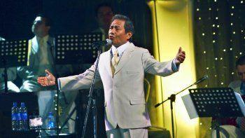 En esta foto del 31 de marzo de 2006, el cantante y compositor mexicano Armando Manzanero actúa en Managua, Nicaragua. El maestro de la música romántica conocido por canciones como Somos novios y Contigo aprendífalleció el lunes 28 de diciembre de 2020 en la Ciudad de México.