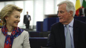 La presidenta de la Comisión Europea, Ursula von der Leyen, conversa con el negociador del Brexit Michel Barnier en el Parlamento Europeo, Estrasburgo, Francia, martes 14 de enero de 2020. La Unión Europea prevé dedicar una cuarta parte de su presupuesto a enfrentar el cambio climático y ha elaborado un plan para transferir 1 billón de euros (1,1 billones de dólares) en inversiones para volver a la economía más favorable al ambiente en los próximos 10 años.