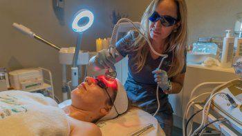 El tratamiento Lifting 10 años menos desacelera el paso del tiempo, aporta tonificación facial, combate el acné, cicatrices, arrugas y surcos faciales, entre otros beneficios.