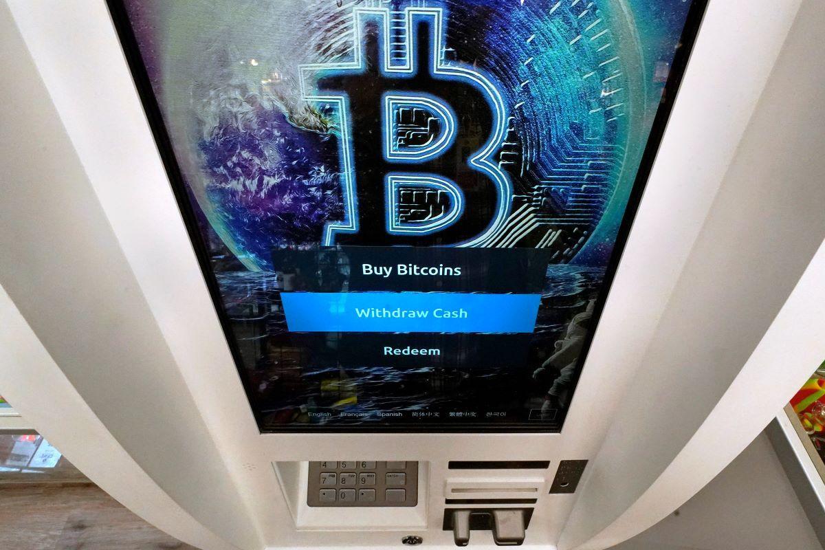 El logo de Bitcoin en la pantalla de un cajero automático de criptomonedas en Salem, Nueva Hampshire.
