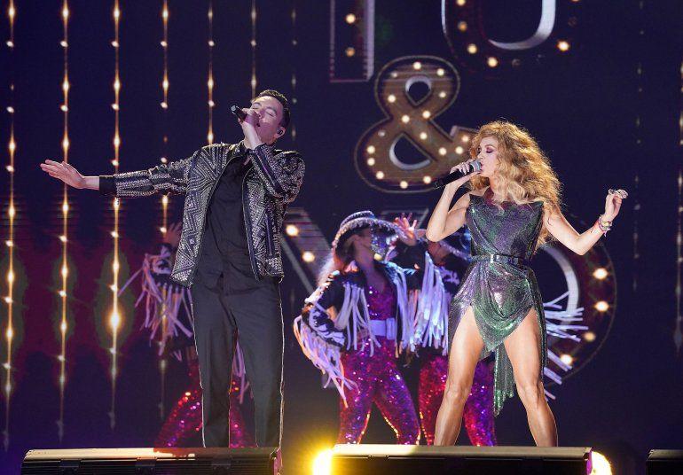 Raymix y Paulina Rubio en una presentación de los Latin Billboard 2020 desde el BB&T Center in Sunrise