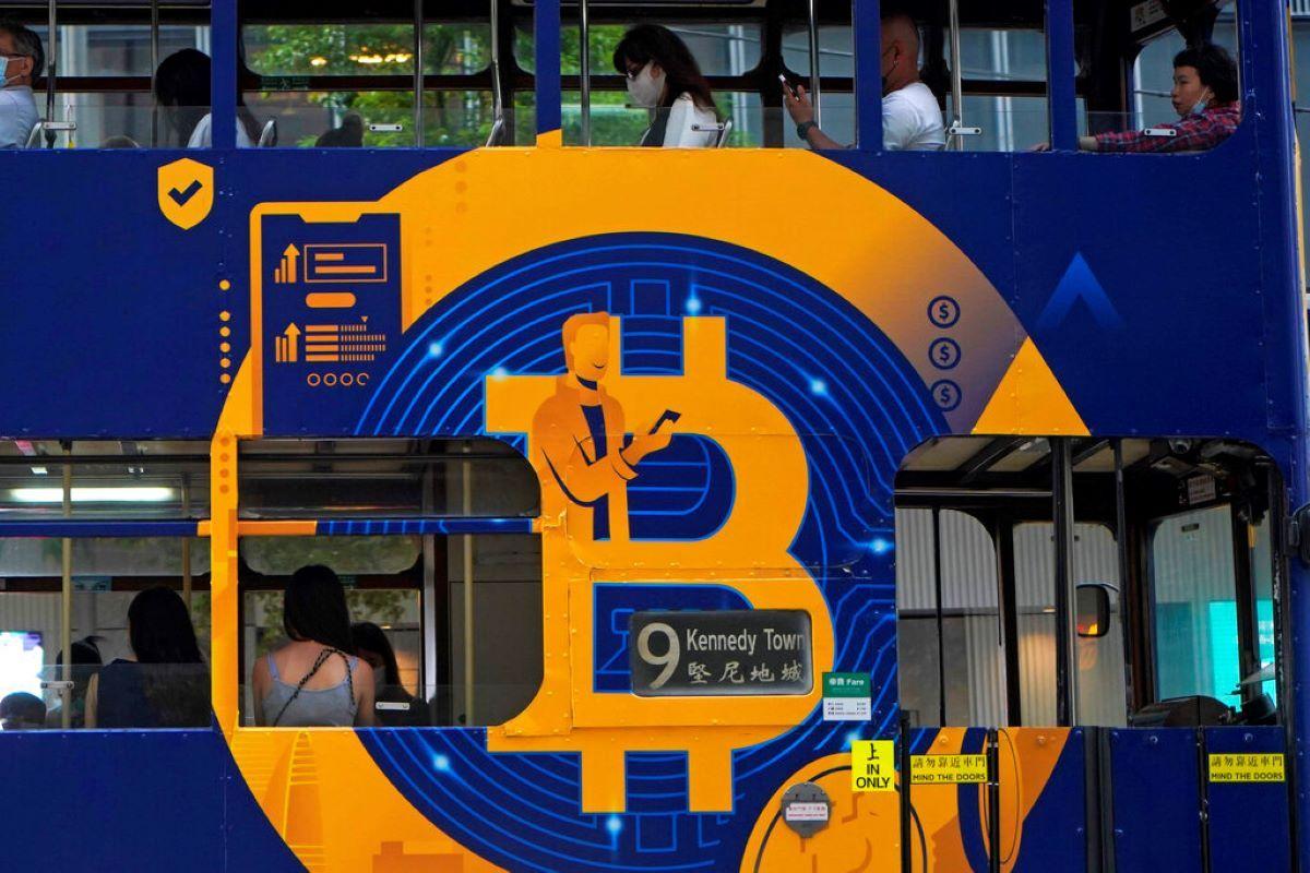 Un anuncio de la criptomoneda bitcoin en un tranvía en Hong Kong.