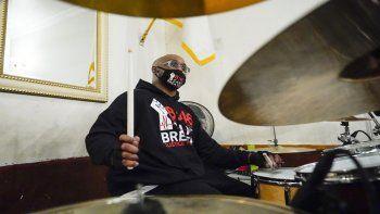 Terrence Floyd, hermano de George Floyd, toca la batería con otros artistas durante una sesión de grabación para un álbum de canciones de protesta con el reverendo Kevin McCall el 28 de diciembre de 2020, en Nueva York.