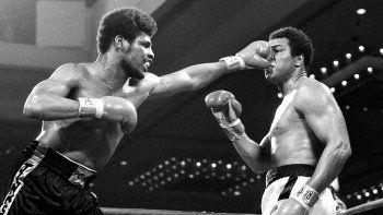 El puño del retador Leon Spinks aplasta la nariz del campeón de peso pesado Muhammad Ali en la pelea por el título en Las Vegas, Nevada, el 15 de febrero de 1978. Los oficiales otorgaron la pelea y el título a Spinks en una decisión dividida.