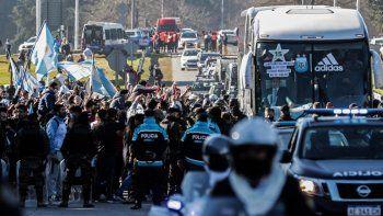 Los fanáticos rodean un autobús que transporta a la selección argentina de fútbol a su llegada a Ezeiza, Buenos Aires, Argentina, el 11 de julio de 2021