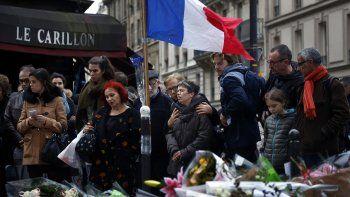 En esta imagen del 16 de noviembre de 2015, personas se reúnen frente a la cafetería Le Carillon, lugar de recientes atentados terroristas, en París.