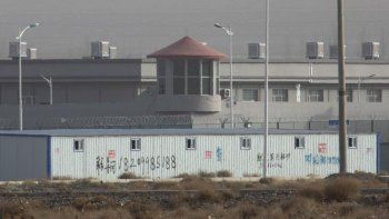 En esta imagen de archivo, tomada el 3 de diciembre de 2018, vista de la torre de vigilancia y la alambrada que rodea a una instalación en el parque industrial Kunshan, en Artux, en la región de Xinjiang, en el oeste de China.