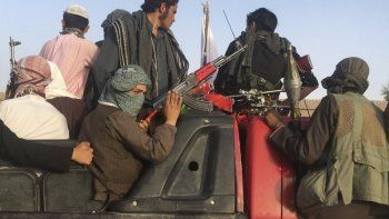 En esta foto del 16 de junio de 2018, los combatientes talibanes viajan en su vehículo en el distrito de Surkhroad de la provincia de Nangarhar, al este de Kabul, Afganistán.