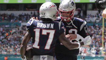 El quarterback de los Patriotas de Nueva Inglaterra Tom Brady y el wide receiver Antonio Brown celebran después del touchdown de Brown en la primera mitad del juego ante los Dolphins de Miami, el domingo 15 de septiembre de 2019, en Miami Gardens, Florida.