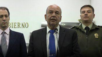 El ministro de Gobierno de Bolivia, Arturo Murillo (centro), y el diputado español Victor González (izq), anuncian investigación coordinada a dirigentes del prochavista partido Podemos y exfuncionarios de Evo Morales, por presunto malversación de fondos.