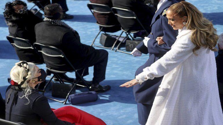 Las cantantes Jennifer López y Lady Gaga se saludan después de actuar en la toma de posesión del nuevo presidente Joe Biden