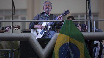 Para la Academia Latina de la Grabación, Caetano Veloso es uno de los cantautores más influyentes y controversiales surgidos de Brasil al inicio de los años 60. Su trayectoria musical lo hicieron merecedor del reconocimiento como Persona del Año en el 2012.