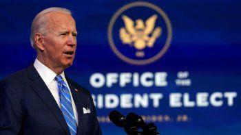 El presidente electo Joe Biden habla sobre la pandemia de COVID-19 durante un evento en el teatro The Queen, el jueves 14 de enero de 2021, en Wilmington, Delaware.
