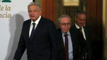 El presidente mexicano Andrés Manuel López Obrador es seguido por el secretario de Salud Jorge Alcocer y el subsecretario Hugo López al llegar a su conferencia de prensa matutina diaria en el palacio presidencial en la Ciudad de México, el martes 20 de abril de 2021.