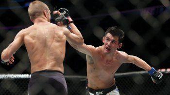 En esta fotografía de archivo del 17 de enero de 2016, Dominick Creuz lanza un derechazo a TJ Dilalshaw en su pelea de artes marciales mixtas por el título durante la función UFC Fight Night 81 en Boston.
