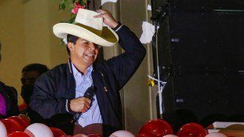 El presidente electo de Perú, Pedro Castillo, gesticula durante una celebración en la sede de Perú Libre, luego de la ceremonia en la que recibió sus cartas credenciales para el período 2021-2026 en Lima, el 23 de julio de 2021. Castillo dijo que copiará modelos extranjeros. e insistió en que no es chavista ni comunista. Castillo prestará juramento el 28 de julio durante una ceremonia tradicional en el Congreso.