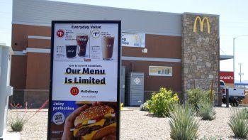 Un letrero da a conocer a los clientes que el menú disponible es limitado debido a las medidas por la propagación del nuevo coronavirus, en un McDonalds de Phoenix.