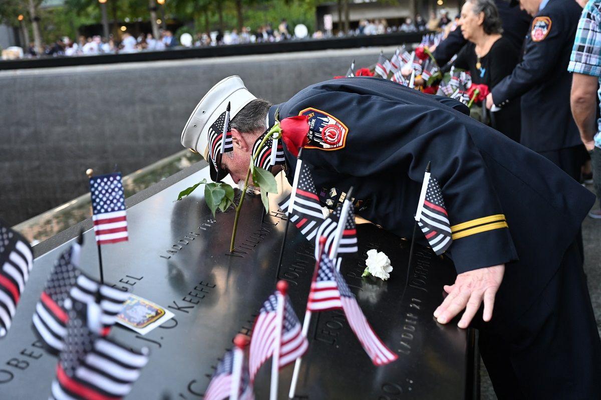 El jefe paramédico retirado Charlie Wells besa el nombre de un pariente muerto en el ataque al World Trade Center en el Museo y Monumento Nacional del 11 de septiembre durante la ceremonia que conmemora el 20 aniversario de los ataques del 11 de septiembre en Nueva York, el 11 de septiembre. 2021.