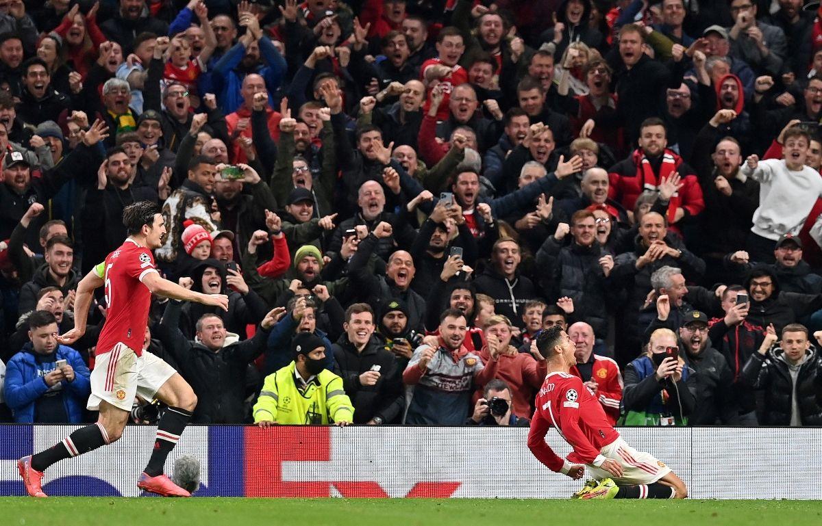 El delantero portugués del Manchester United, Cristiano Ronaldo (C), celebra el gol del tercer gol de su equipo durante el partido de fútbol del grupo F de la Liga de Campeones de la UEFA entre el Manchester United y el Atalanta.