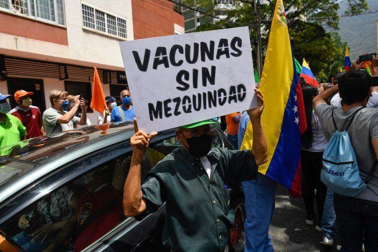 """Un activista sostiene un cartel que dice """"Vacunas sin mezquindad"""" durante una protesta de venezolanos para exigir que todos los trabajadores de la salud sean vacunados contra el COVID-19"""