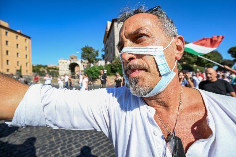 Un hombre con una mascarilla recortada participa en una protesta de los movimientos No Mask
