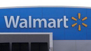 """En esta foto del 3 de septiembre del 2019, el logo de Walmart se ve en la fachada de una tienda de la compañía en Walpole, Massachusetts. Walmart dijo que retiró las armas de fuego y las municiones de estantes en sus tiendas en Estados Unidos, debido a la """"intranquilidad civil"""" en algunas áreas."""